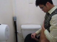 真面目な感じのメガネ学生がトイレでチンポをシコシコしちゃっています!