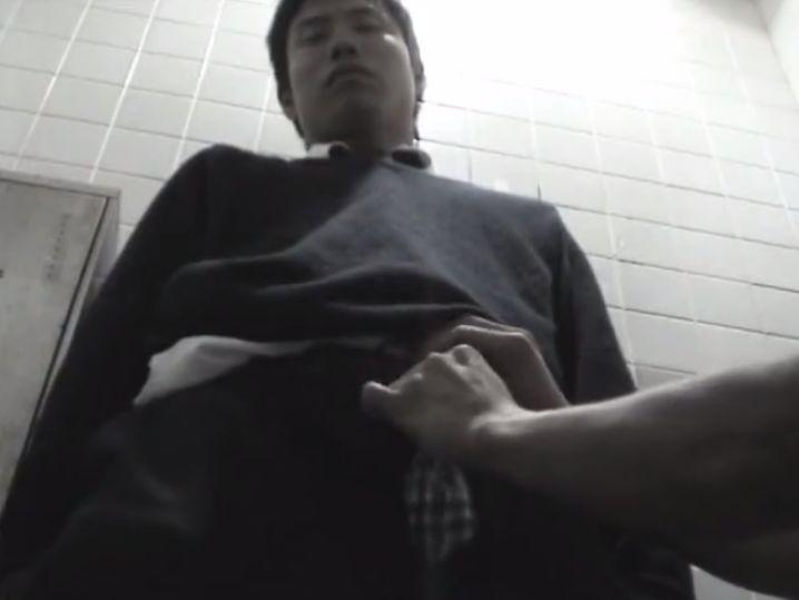イケメン学生が公衆トイレで男にしゃぶられ手コキでイカされる!