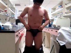 大学の研究室で全裸露出オナニーをしちゃうメガネ学生君をどうぞ!