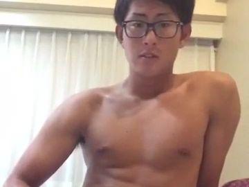 真面目系の筋肉青年が全裸でチンポをシゴく!