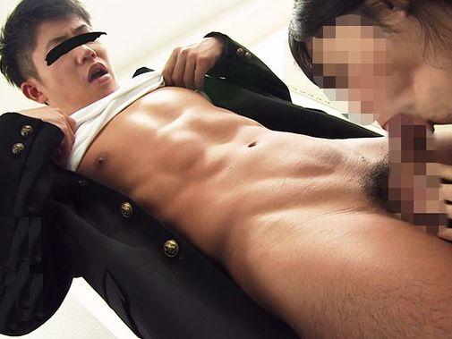 学ランを着たかわいい青年がペニバンでケツを掘られちゃいます!