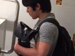 無料動画!ノンケ君が公衆トイレでおしっこをしているところを見てみる!