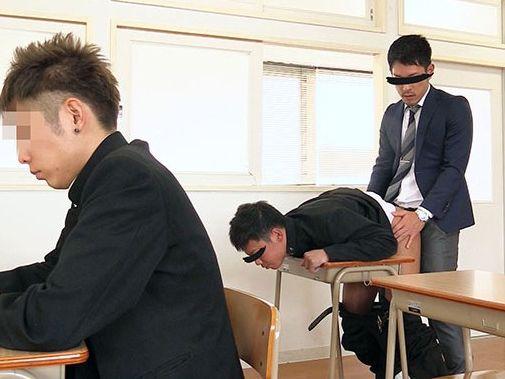 学校の教室でテスト中に教師と教え子が猥褻行為!