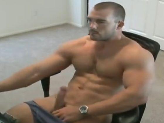 【無料海外ゲイ動画】海外坊主マッチョのオナニー!雄汁たっぷり噴出!