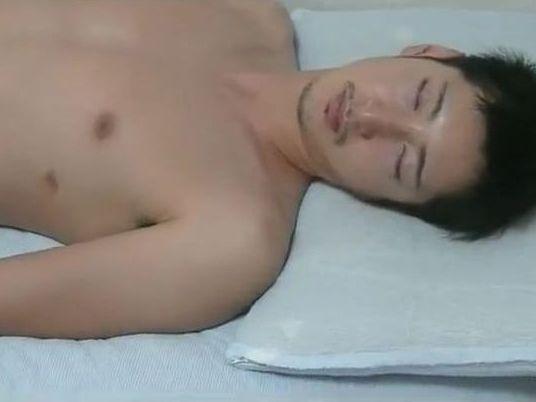 カッコ可愛いノンケ青年の寝込みを襲う!太チンポをこそっと触る!
