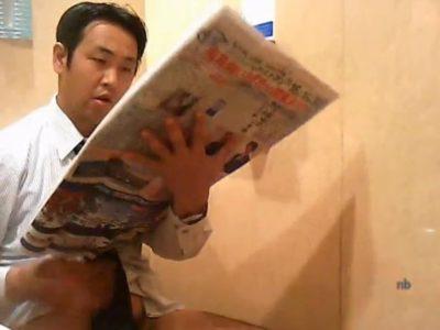 公衆トイレで放尿するノンケ男子達と個室でオナニーにふけるノンケリーマン!
