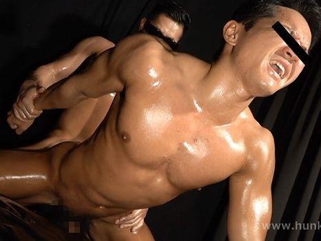 全身オイルまみれ!見事な筋肉男子がガン掘りされて雄汁快感射精!