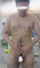 日本の若い男子が銭湯のカランの前で立ったまま体を洗っている姿!