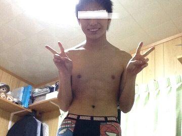 自分の部屋で全裸になってチンポをシゴく野球男子!