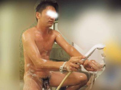 30歳前後の若い犬顔イケメン男子が体を洗うシーン!チンポ丸見え!