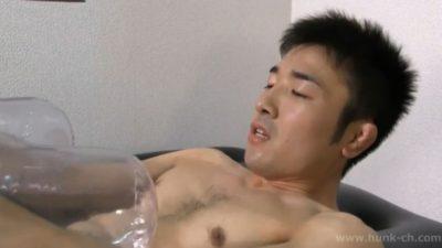 体育会系のハンサム男子がタッチワイフを使ってオナニー!