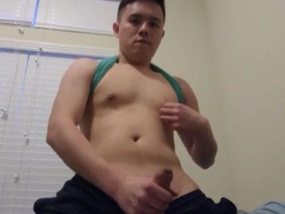 アジア系青年が自宅でオナニー!移動しながらエロい姿を見せつける!