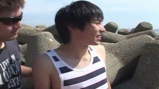 かわいい男子学生を海に誘いこそっと男にチンポをシゴかれる!